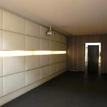 エレベーターホールにプロジェクターが!!