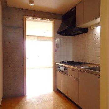 廊下に大きめのキッチン(3口ガスコンロ) ※写真は別部屋
