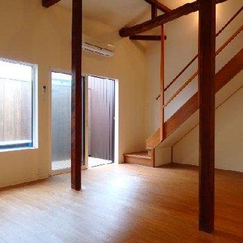 リビングの様子。1階ですが、窓が大きくしっかり光が室内に入ってきます