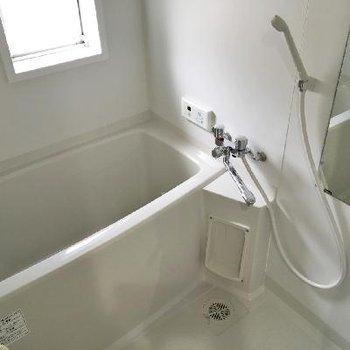 お風呂にも小窓があるんです。