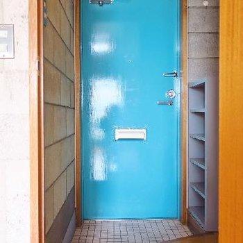 玄関はブルー。