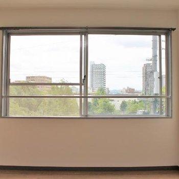 奥のお部屋。窓が景色を切り取る。