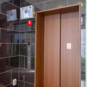 エレベーターには監視カメラ付き
