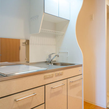 収納はそこそこですが、横に冷蔵庫やレンジも置けるスペースあり!