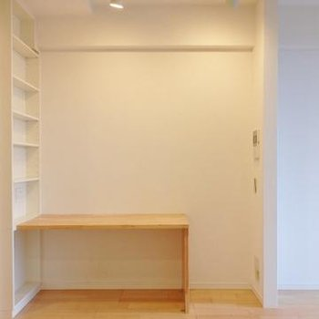 作業台、スポットライト、本棚。環境が整っている