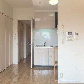 お部屋とキッチンは一体になった感じです。