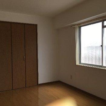 洋室にも大きな窓が!