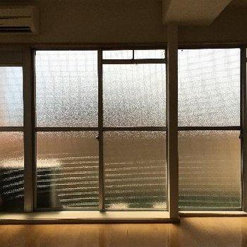 ベランダの窓は大きめ!