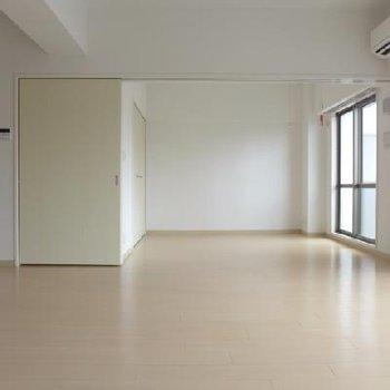南側の洋室とは間仕切りで自由に区切って