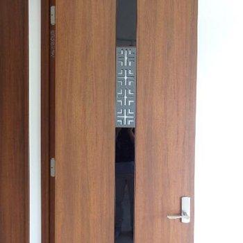 扉のデザインがなんともオリエンタル