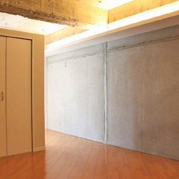 打ちっ放しの壁がかっこいい。