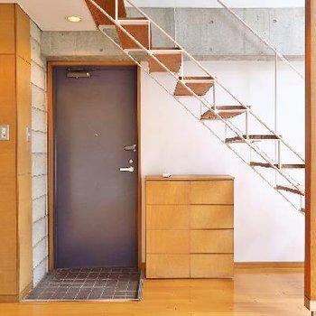 無垢の階段がこっくり飴色。