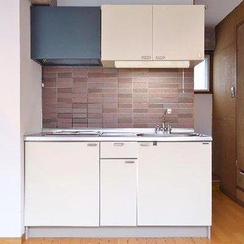 キッチンのシックなタイル張りが大人。