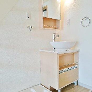 洗面台と洗濯パンは階段下に。