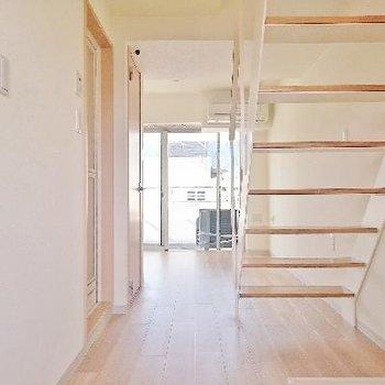 玄関からインパクトのある階段!