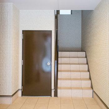 階段で3階まで上がります。