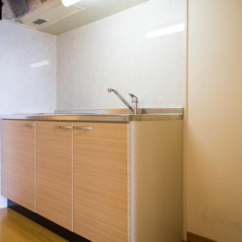 キッチン横は大容量冷蔵庫も置けるほどの広さ!
