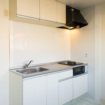 清潔感のある白いシステムキッチン