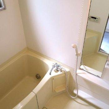 お風呂は小窓付き!