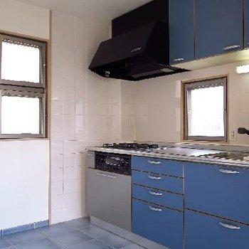 ブルーのキッチンは、クロスとまるで対。