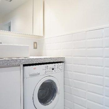 水周りのタイルが良い♪洗濯機が洗面台の下に!