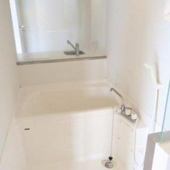 風呂はゆったり入れる設計*写真は別部屋です