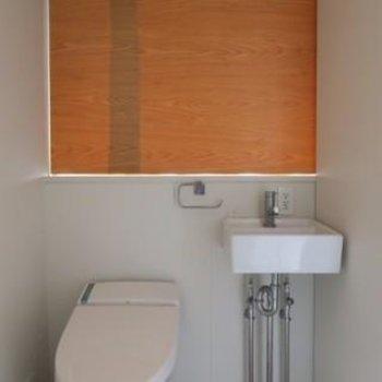 トイレと洗面は横並び、奥にはガラス窓があります。(現状では塞がっています)*写真は別部屋です