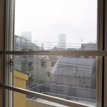 窓は2面ありますが、こちらのみクリアガラスになります。*写真は別部屋です