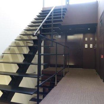 共有部も素敵、4階のフロアは窓もあって明るい!