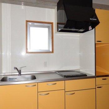 キッチンはIHの2口。黄色いカラーが良いです