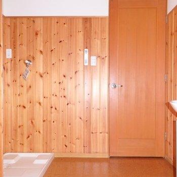 水回りの壁にも木の板が貼ってあります!