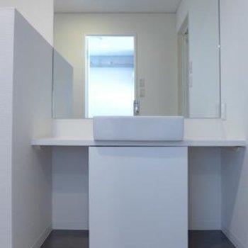 洗面台もシンプルで素敵。※写真は別部屋