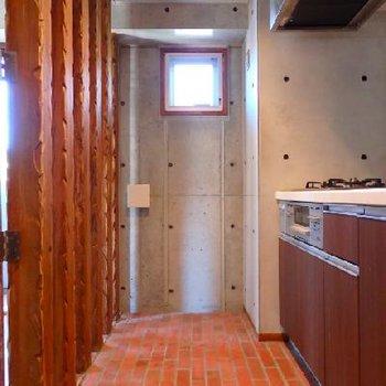 キッチンスペース。床がレンガ柄になっていますね