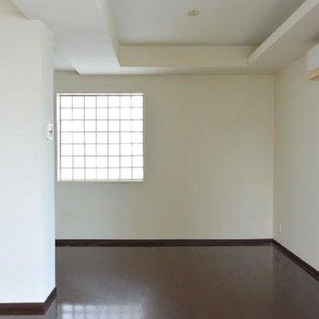 お部屋、玄関方向※画像はクリーニング前のものです