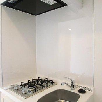 キッチンは小さい…。でも、半個室になっているのでモノはいろいろ置けます。