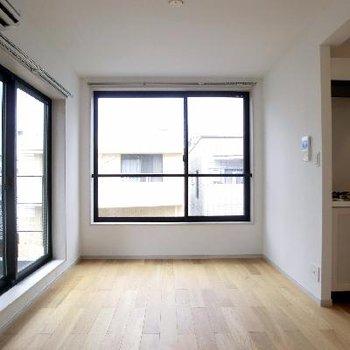 こんなに大きな窓で二面採光!!