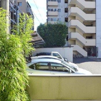 目の前は隣のマンションの駐車場