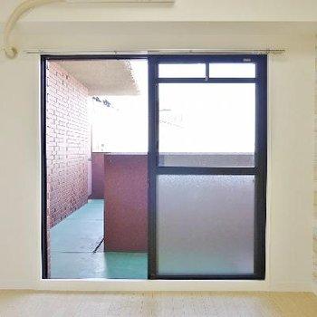 こちらは玄関すぐの4.7帖の洋室。