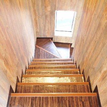 この明るい階段で3階へ!