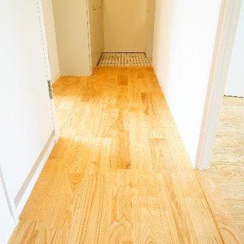 玄関前の廊下も爽やかな色合い♪