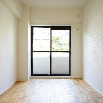 こちらの寝室も窓とバルコニーが♪