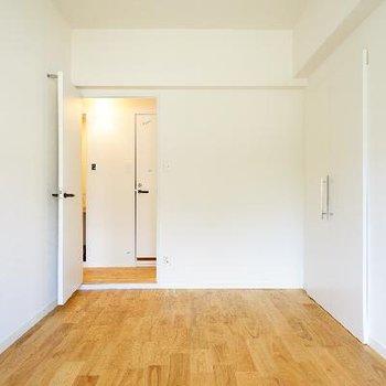 この床の色合い、美しいです。。