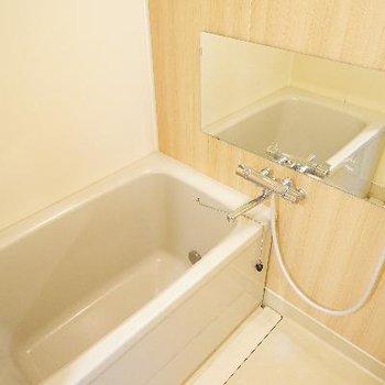 お風呂は追い焚き付いて増す!アクセントクロスと鏡もつけました!