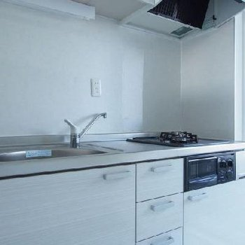 2口ガスキッチンの隣には小さなベランダも※写真は9階