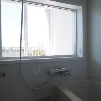 お風呂はなんとガラス張り。湯船からも借景を!※写真は9階