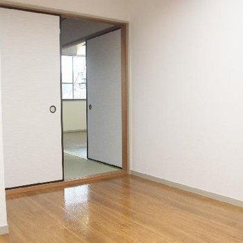和室と隣り合う洋室