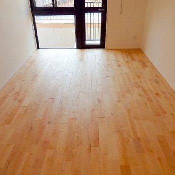 今、流行りが来つつある無垢の床。寝そべりたい ※写真は別部屋