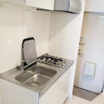 キッチンも一人暮らしには十分な大きさ※写真は別部屋