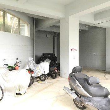 こちら駐車場とバイク置き場。結構スペースありました