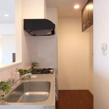 カウンターキッチン裏にゆったりとしたスペース。